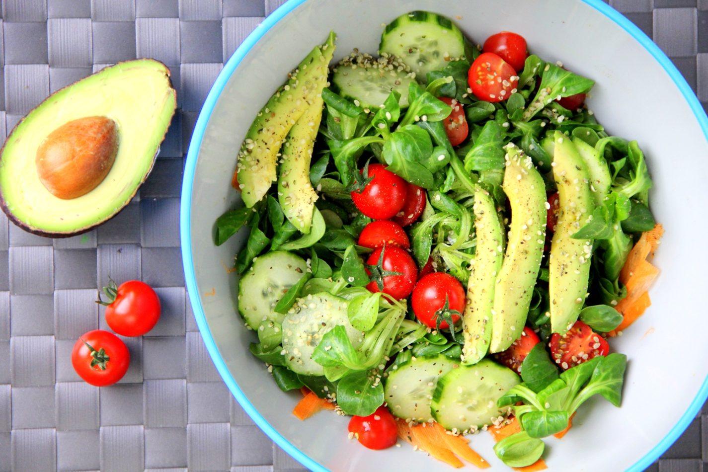 Bunte vegane Salate und gesunde Rezepte für die Arbeit ohne Soja
