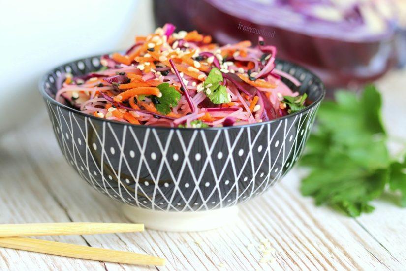 Thai-Salat mit Reisnudeln und buntem Sesam