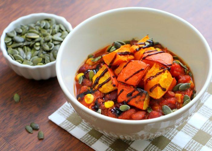 Veganes Chili sin Carne mit gebackenem Kürbis