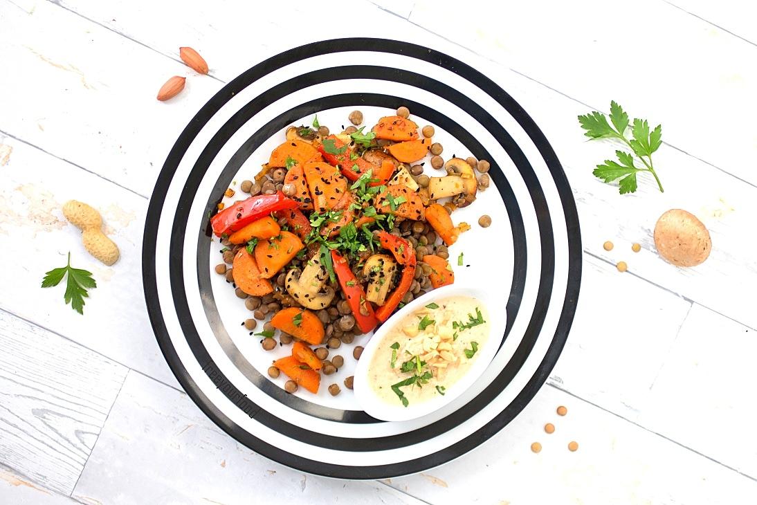 Linsen-Gemüsepfanne mit Erdnuss-Sauce
