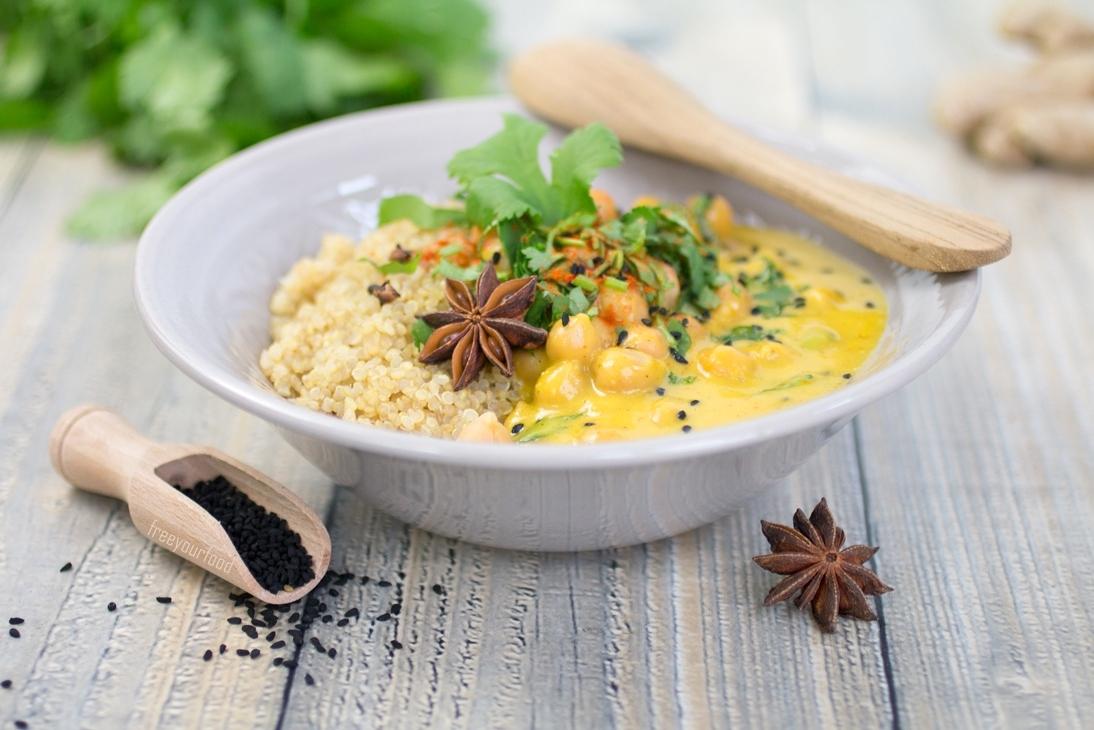 Veganes Kichererbsen-Mangocurry mit Gewürz-Quinoa