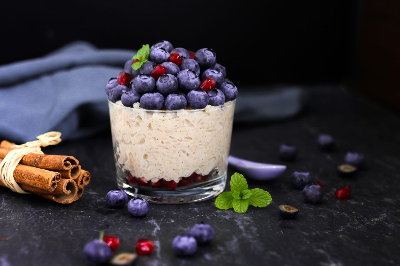 Zimt-Milchreis mit Heidelbeeren und Granatapfel