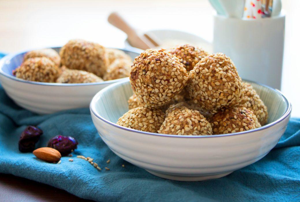 Fruchtige Müslibällchen mit Sesam aus der Heißluftfritteuse