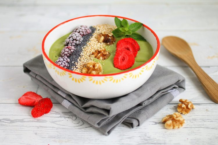 Mango-Matcha-Smoothiebowl mit Toppings nach Wahl