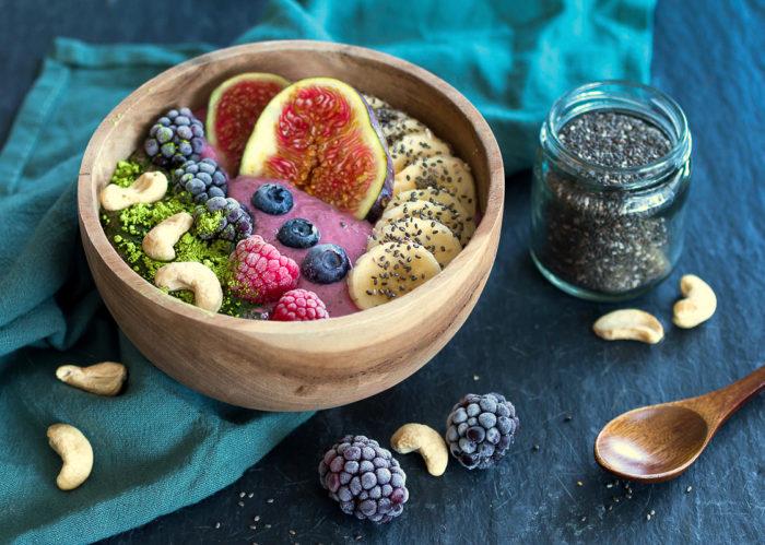 Himbeer-Feigenfrühstück als cremige und sättigende Frühstücksbowl. Natürlich vegan und ohne Soja
