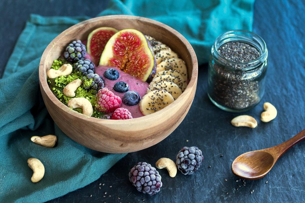 Bunte Himbeer-Feigen-Frühstücksbowl