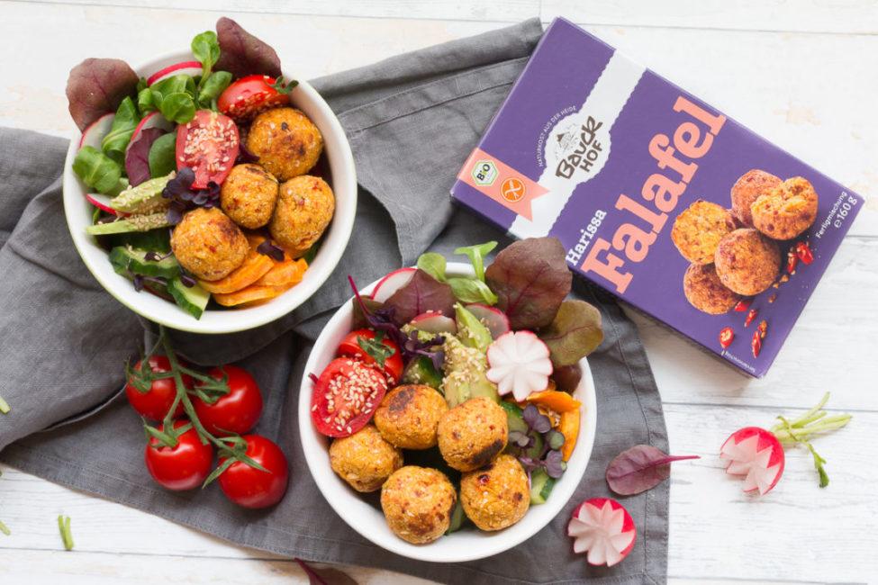Bunte Veggie-Harissa-Falafelbowl in der glutenfrei-veganen Kombi.