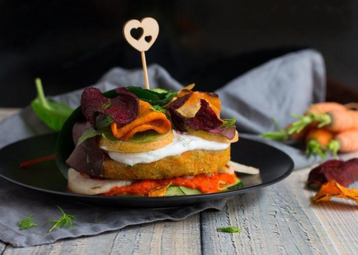 """Körnerkaiser Grünkern-Karotten-Burger im Zucchinimantel als eine von zalreichen Varianten aus meinem veganen Kochbuch """"Burgerglück"""""""