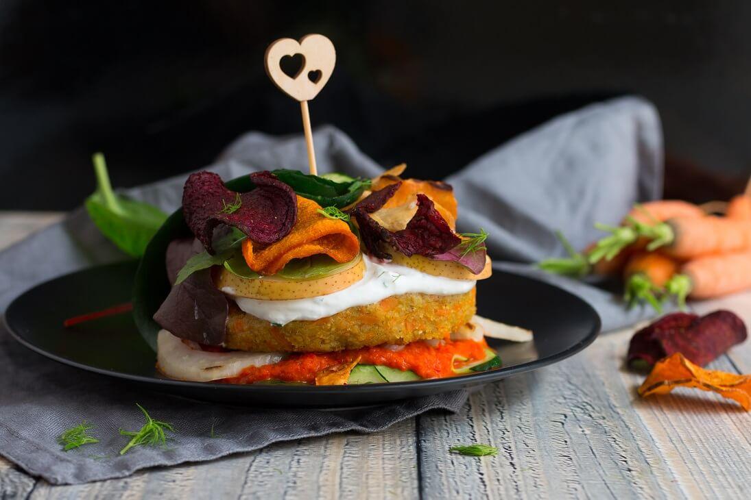 Grünkern-Karotten-Burger in Zucchinimantel
