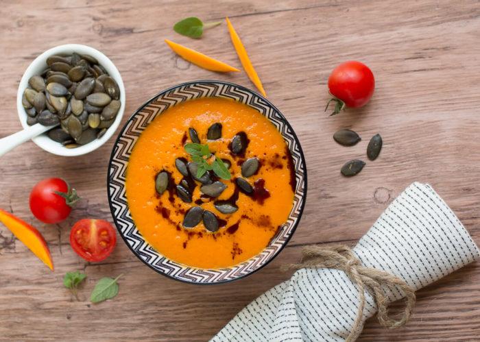 Kürbis-Tomatensuppe geht auch kreativ, vegan und glutenfrei als leichtes Abendessen durch.
