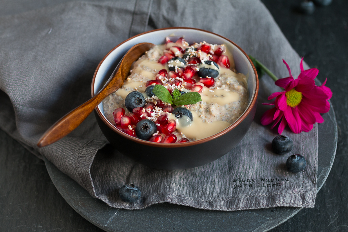 Porridge mit Granatapfelkernen und Nussmus Hirse glutenfrei Frühstück