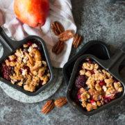 Ein veganer Crumble rundet jedes Raclette-Essen harmonisch und zufriedenstellend ab, ohne großen Mehraufwand mit sich zu bringen.