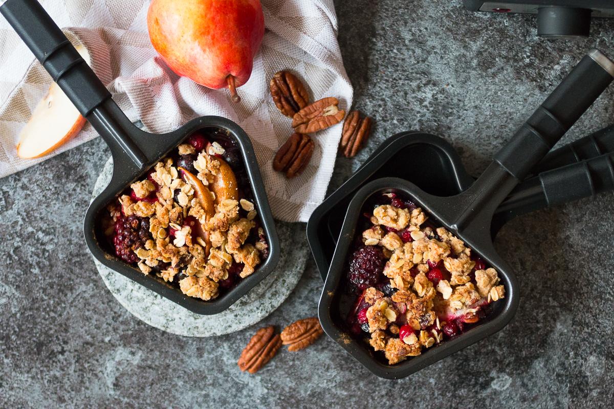 Veganer Birnen-Beeren-Crumble aus dem Raclette-Gerät