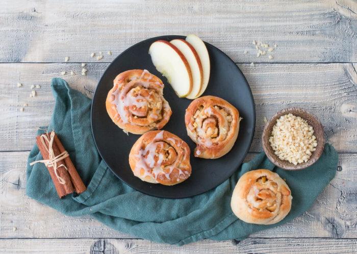 Apfel-Zimtschnecken mit Mandeln sind nicht nur in Schweden ein beliebtes Gebäck, sondern erfreuen sich auch hierzulande großer Beliebtheit.