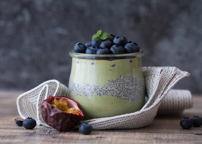 Chia Samen sind sehr vielfältig in den Kochalltag zu integrieren. Am einfachsten und beliebtesten ist jedoch mit Abstand der klassische Chia Pudding, der sich beliebig variieren lässt.