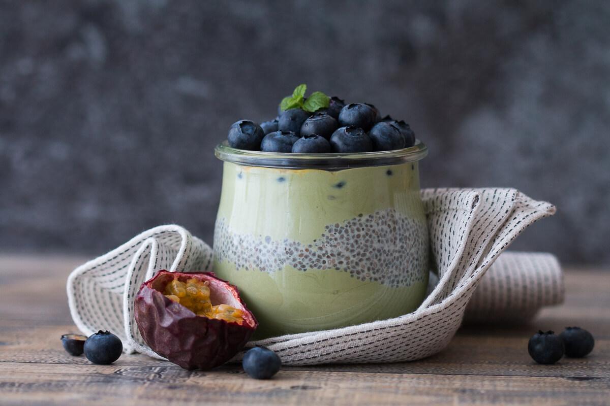 Matcha-Frühstück mit Chia Samen und Heidelbeeren