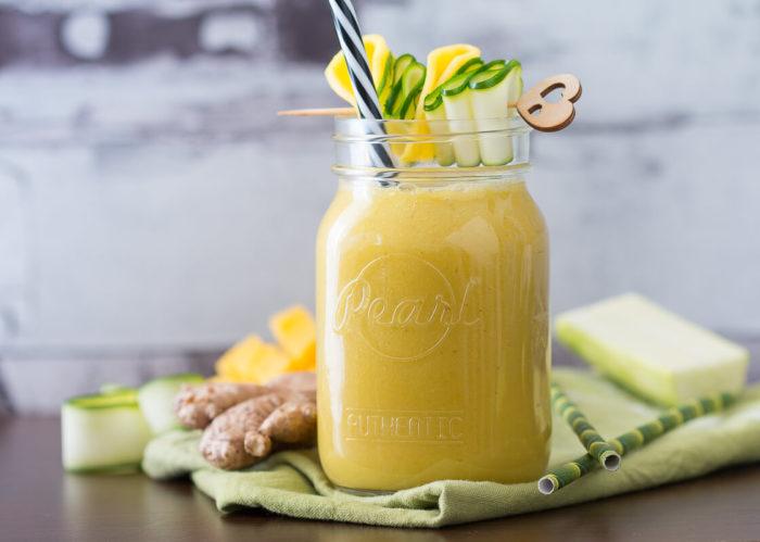 Heute kommt ein gelber Smoothie Mango auf den Tisch, verfeinert mit Zucchini und Ingwer. Natürlich vegan und lecker.