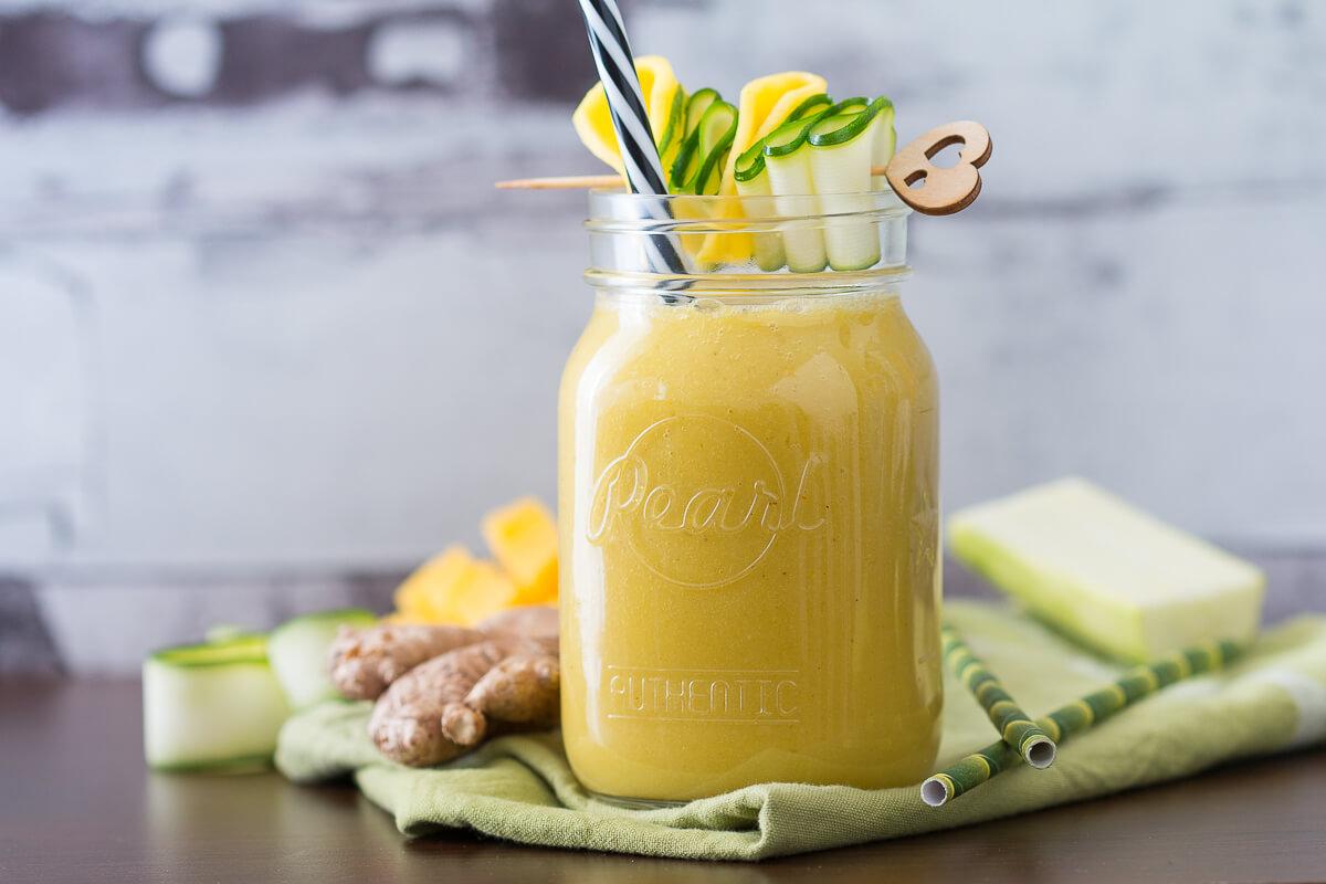 Gelber Ingwer-Mango-Smoothie mit Zucchini