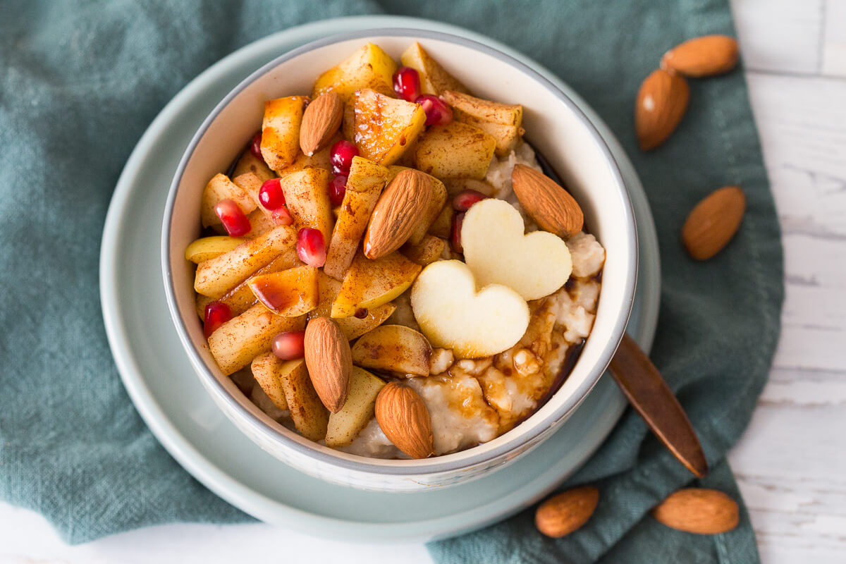 Cremiges, veganes Bratapfel-Porridge-Rezept mit Mandeln