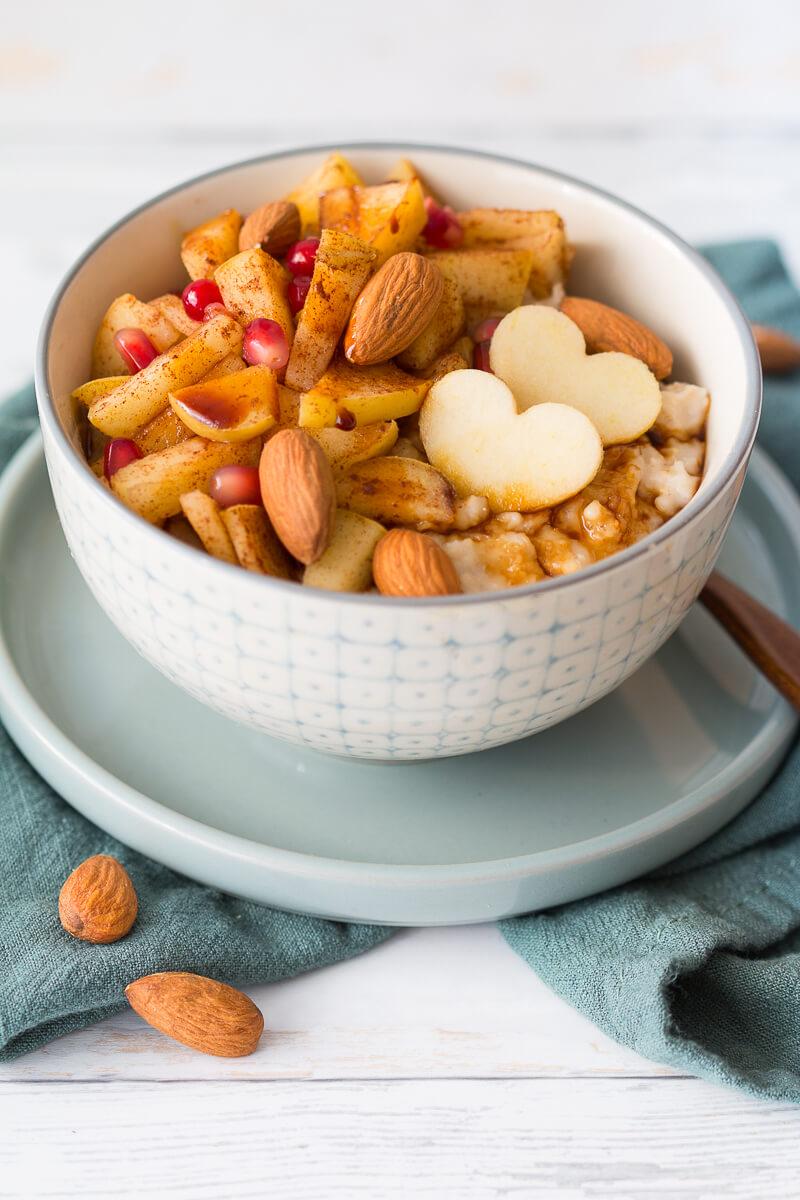 Cremiges Bratapfel-Porridge mit Mandeln