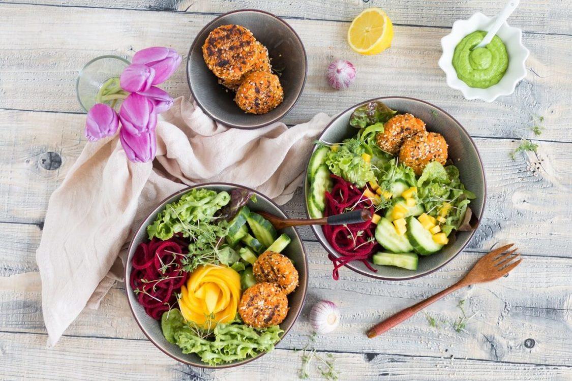 Salatbowl mit Möhren-Haferplätzchen und Bärlauch-Avocadocreme
