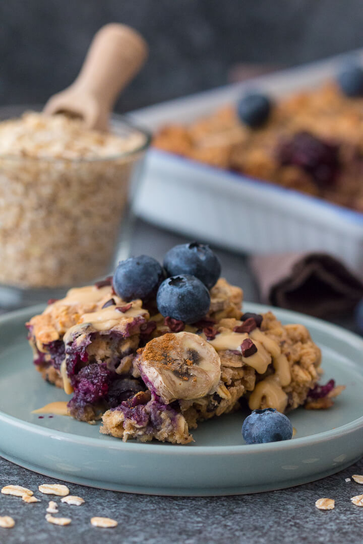 Du bist auf der Suche nach einer veganen Frühstücksidee aus dem Ofen? Dann ist das Baked Banana-Split-Oatmeal perfekt für Dich.