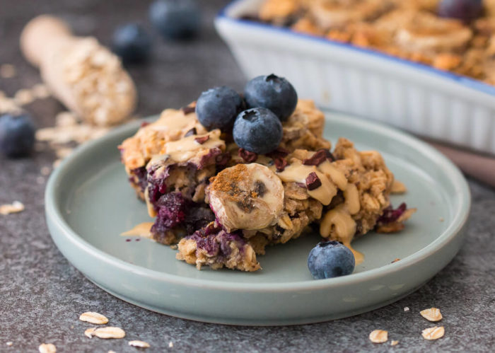 FÜr alle, die gern warm frühstücken, kommt das Erdnussmus-Heidelbeer-Oatmeal wie gerufen.