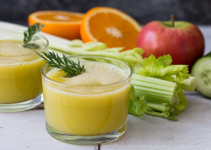 Sellerie schmeckt frisch entsaftet pur oder mit anderen Obst- und Gemüsesorten hervorragend und eignet sich bestens für eine Saftkur.