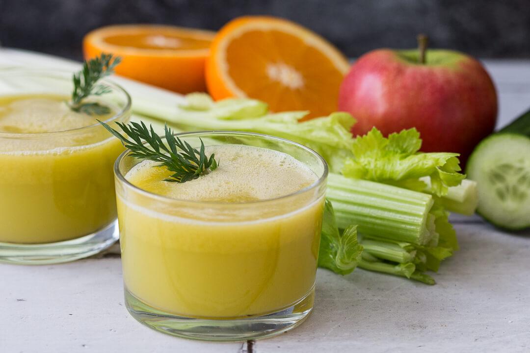 Frisch gepresster Sellerie-Saft mit Apfel und Orange