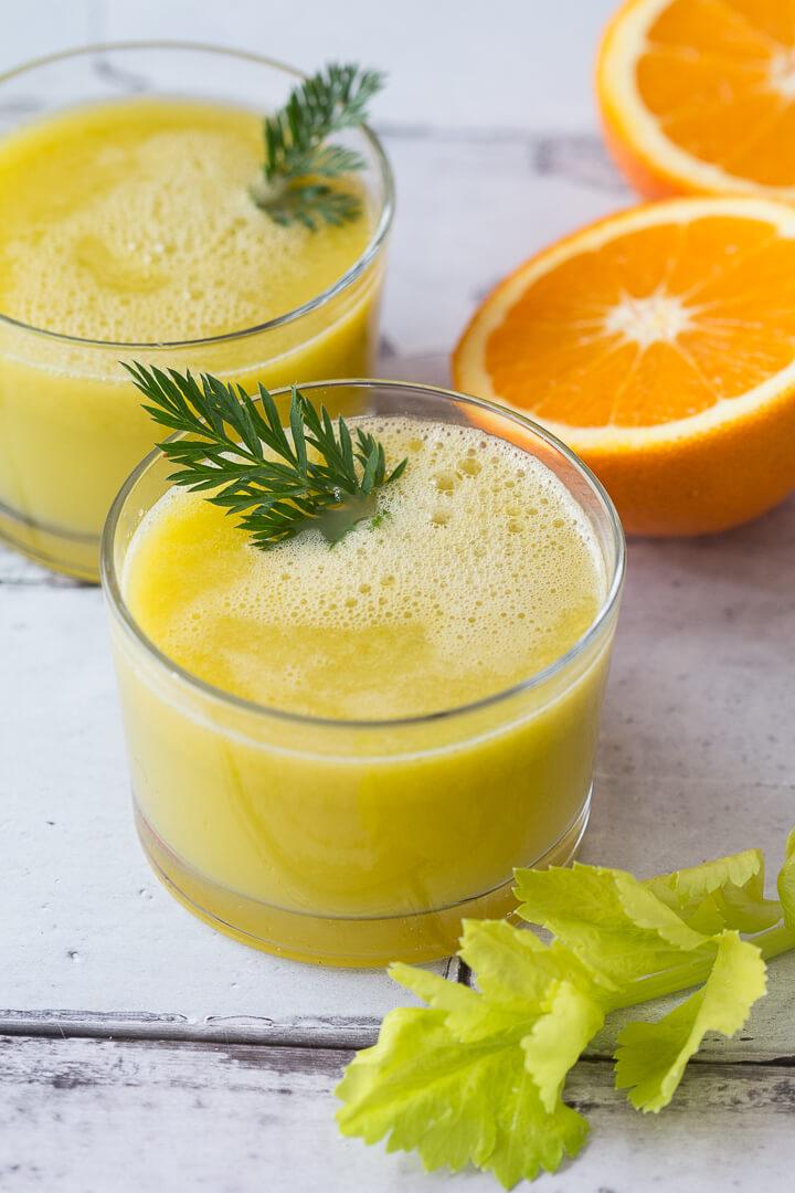 Selleriesaft mit Saft aus frischen Orangen und Äpfeln wirkt belebend und schmeckt angenehm würzig.