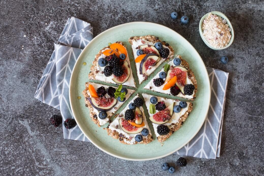 Süße Frühstückspizza mit Feigen und Aprikosen