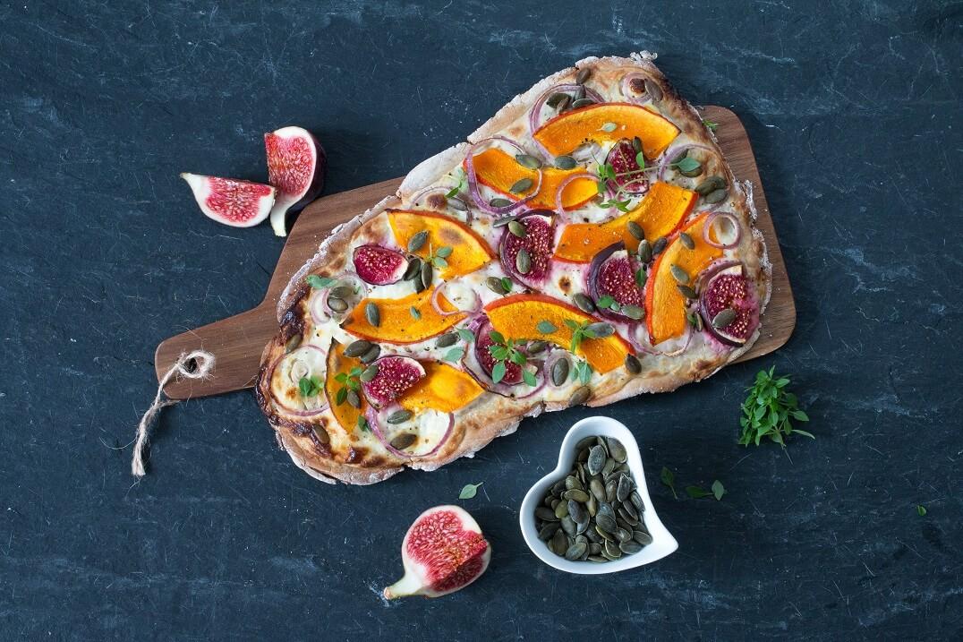 Herbstlicher glutenfreier Kürbis-Flammkuchen mit Feigen