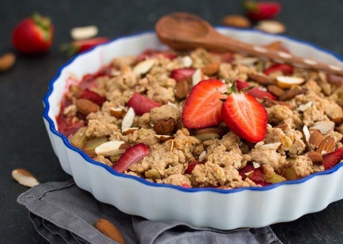 Veganer Erdbeer-Rhabarbercrumble mit Haferflocken Vollkorn Mandeln ohne Soja zuckerfrei