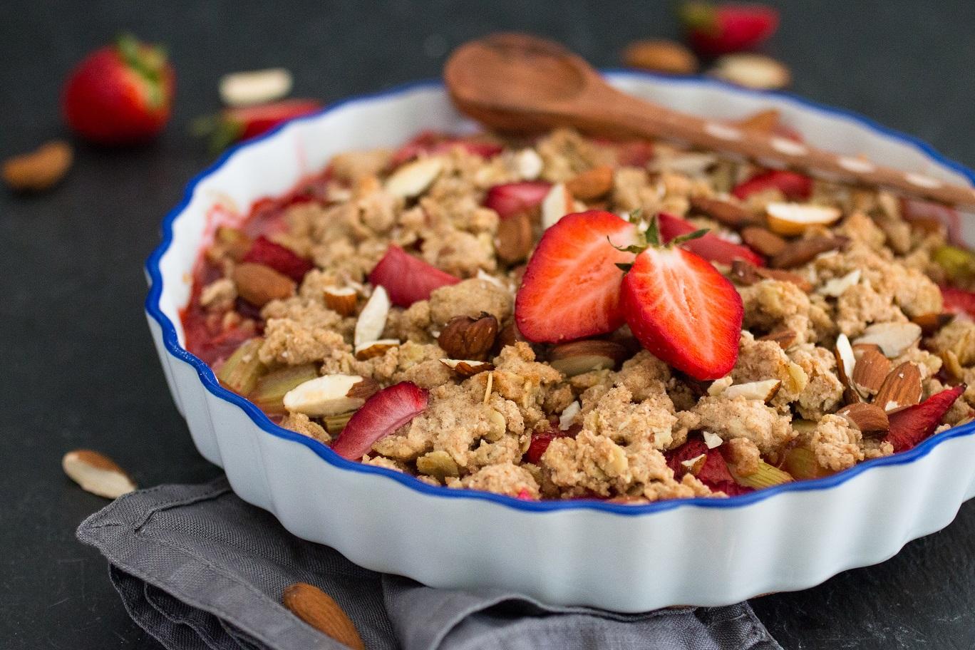Veganer Rhabarber Erdbeer Crumble mit Mandelsplittern