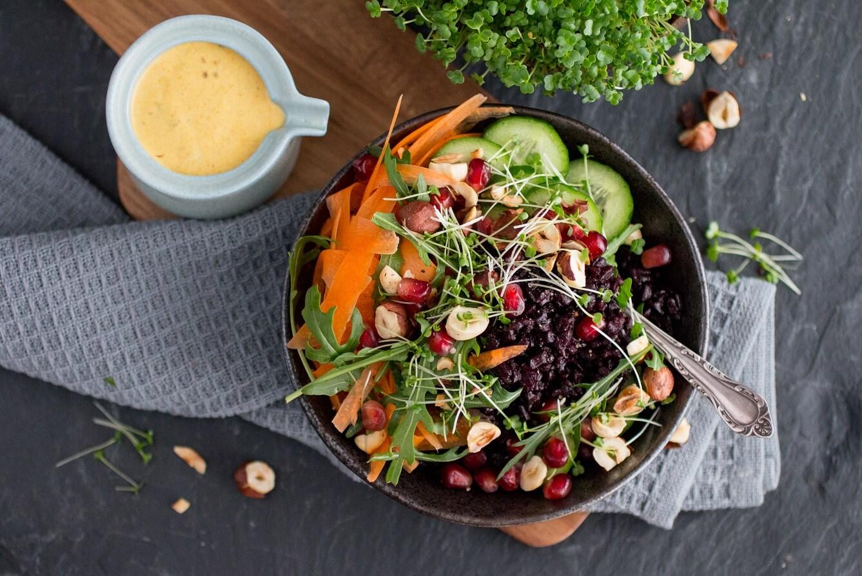 Bunte Gemüse-Bowl mit schwarzem Reis und Kresse vegane Rezepte Salat-Rezepte